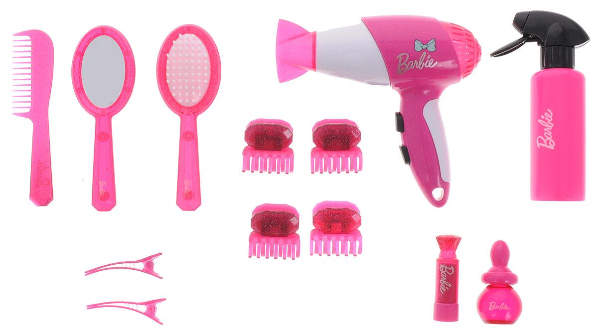 Klein Игровой набор Barbie Стилист5797Большой набор для создания причесок обязательно понравится любой девочке. С предметами из набора можно создавать разнообразные прически как любимым куклам, так и своим подружкам. В комплект входит все необходимое для парикмахера: фен и распылитель, зажимы и заколки для волос, различные по размеру и форме расчески, зеркальце. Работа фена сопровождается соответствующими звуковыми эффектами. Набор изготовлен из высококачественного пластика и покрыт безопасными для детей красками. Упакован в красивую коробку в стиле Барби. В наборе: - фен; - распылитель; - 2 флакона; - 6 различных зажимов; - зеркало; - 2 расчески. Фен работает от 1 батарейки AA (в комплект не входит).