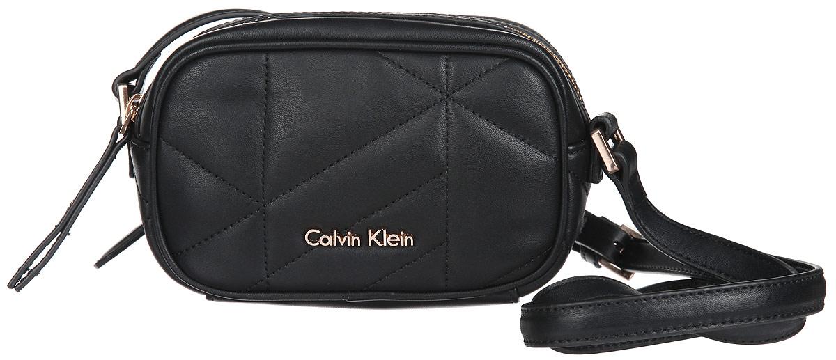 Сумка женская Calvin Klein Jeans, цвет: черный. K60K601008K60K601008Стильная сумка женская Calvin Klein Jeans выполнена из полиуретана и оформлена декоративной строчкой и металлической фурнитурой с символикой бренда. Изделие содержит одно отделение и закрывается на застежку-молнию. Внутри размещен накладной кармашек. Сумка оснащена практичным плечевым ремнем регулируемой длины. Оригинальный аксессуар от Calvin Klein Jeans позволит вам завершить образ и быть неотразимой.