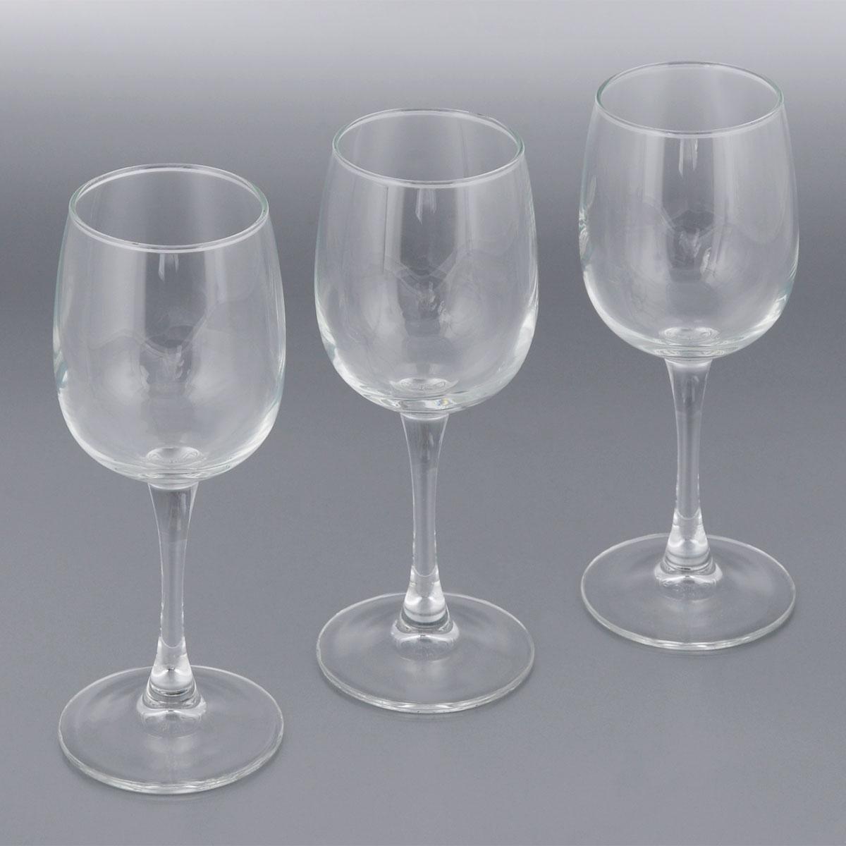 Набор фужеров для вина Luminarc Allegresse, 230 мл, 3 штL1027Набор Luminarc Allegresse состоит из трех классических фужеров, выполненных из прочного стекла. Изделия оснащены высокими ножками и предназначены для подачи вина. Они сочетают в себе элегантный дизайн и функциональность. Благодаря такому набору пить напитки будет еще вкуснее. Набор фужеров Allegresse прекрасно оформит праздничный стол и создаст приятную атмосферу за романтическим ужином. Такой набор также станет хорошим подарком к любому случаю. Можно мыть в посудомоечной машине. Диаметр фужера (по верхнему краю): 5,8 см. Высота фужера: 18,2 см.