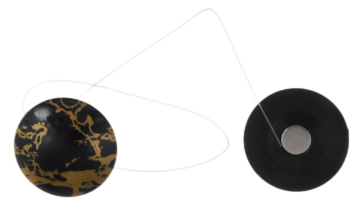 Клипсы магнитные для штор SmolTtx Разводы, с леской, цвет: черный, золотистый, длина 33,5 см, 2 шт544091_31Ж4Магнитные клипсы SmolTtx Разводы предназначены для придания формы шторам. Изделие представляет собой соединенные леской два элемента, на внутренней поверхности которых расположены магниты. С помощью такой клипсы можно зафиксировать портьеры, придать им требуемое положение, сделать складки симметричными или приблизить портьеры, скрепить их. Следует отметить, что такие аксессуары для штор выполняют не только практическую функцию, но также являются одной из основных деталей декора, которая придает шторам восхитительный, стильный внешний вид. Длина клипсы (с учетом лески): 33,5 см. Диаметр клипсы: 3,5 см.