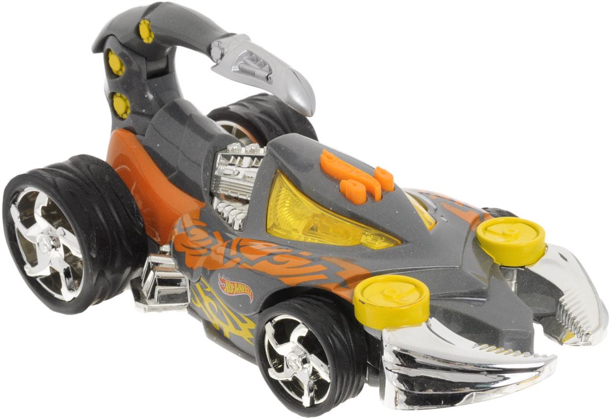 Hot Wheels Машинка Экстремальные гонки Скорпион90510TS_серыйЯркая машинка Hot Wheels Экстремальные гонки. Скорпион со звуковыми эффектами, несомненно, понравится вашему ребенку и не позволит ему скучать. Автомобиль с уникальным дизайном сделает любую игру мальчика захватывающей и интересной, ведь машина не только едет, некоторые ее части двигаются! Машина представлена в виде скорпиона. При нажатии на кнопку, расположенную на крыше, воспроизводятся звуки мотора, светятся глаза и двигаются щупальца, а также шевелится хвост. Колеса машинки выполнены из резины. Ваш ребенок часами будет играть с машинкой, придумывая различные истории и устраивая соревнования. Порадуйте его таким замечательным подарком! Рекомендуется докупить 3 батарейки напряжением 1,5V типа AАА (товар комплектуется демонстрационными).