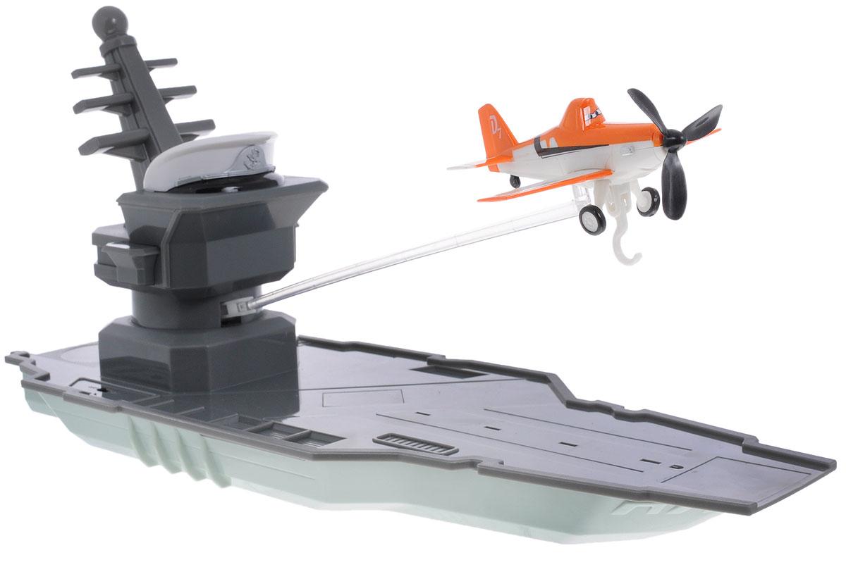 Dickie Toys Игровой набор на радиоуправлении Летная станция3089802Игровой набор на инфракрасном управлении Летная станция несомненно понравится любому мальчишке. В комплект входит большой корабль-авианосец и самолетик Дасти.. Закрепите самолетик на специальной рейке на мачте корабля, и управляйте им при помощи инфракрасного пульта. Самолетик вращается на 360°, а благодаря встроенному крючку, он может подхватывать и доставлять груз - небольшой ящик из плотного картона. Игрушка дополнена звуковыми и световыми эффектами. Ваш ребенок часами будет играть с этим набором, придумывая различные истории и устраивая соревнования. Порадуйте его таким замечательным подарком! Для работы корабля необходимо докупить 3 батарейки типа АА (в комплект не входят). Для работы пульта управления рекомендуется докупить 2 батарейки типа АА (в комплект не входят).