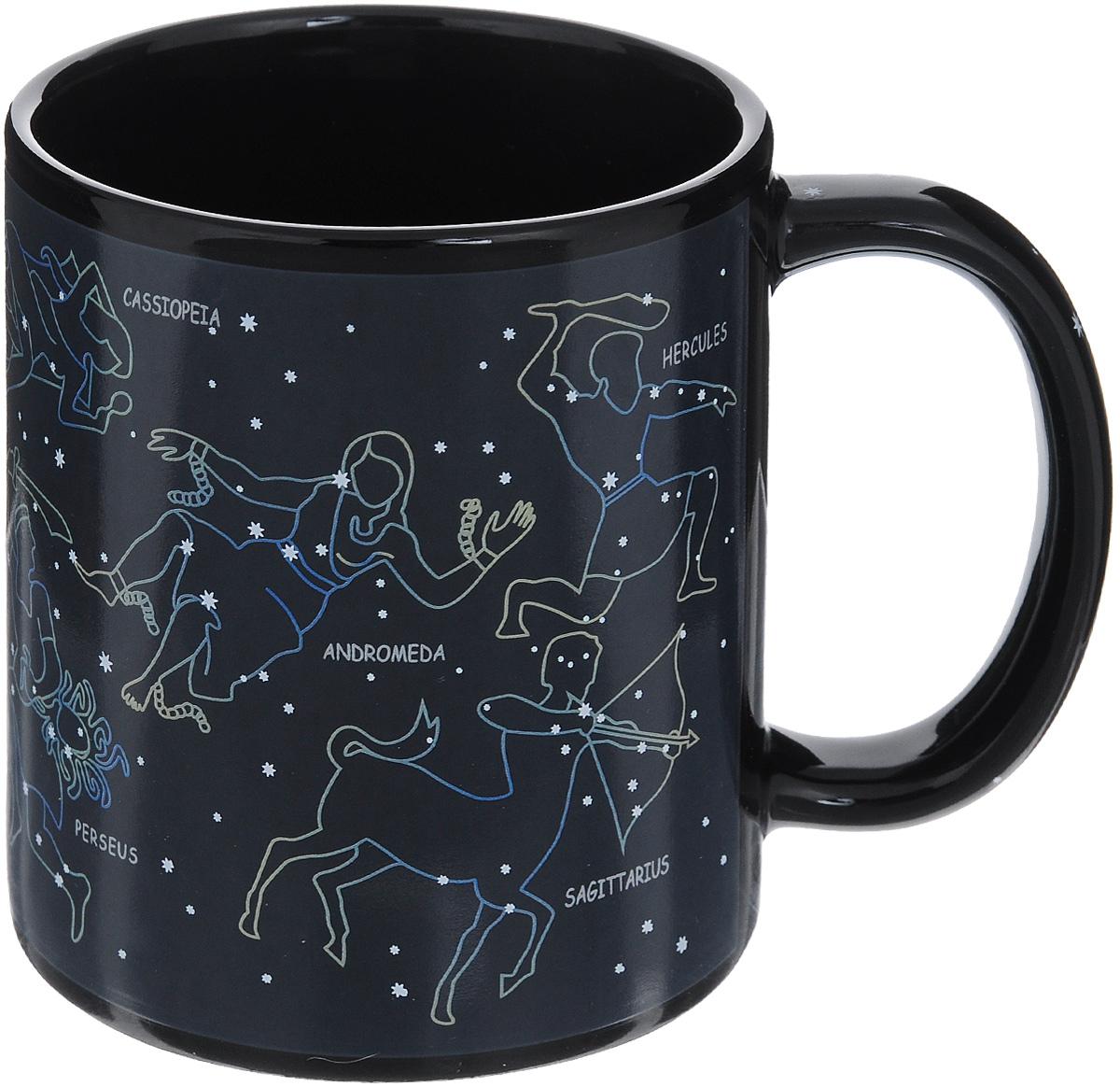 Кружка-хамелеон Эврика Разогрей звезду, 300 мл96311Кружка-хамелеон Эврика Разогрей звезду выполнена из высококачественной керамики. Рисунок на стенках состоит из множества светлых звездочек, сияющих в ночном небе. Но стоит налить в кружку горячий напиток, и между точками проявятся невидимые доселе нити, превращающие их в знаменитые созвездия. Рядом с каждым созвездием написано его латинское название. Такой подарок станет не только приятным, но и практичным сувениром: кружка станет незаменимым атрибутом чаепития, а оригинальный дизайн вызовет улыбку. Высота кружки: 9,5 см. Диаметр (без учета ручки): 8 см.