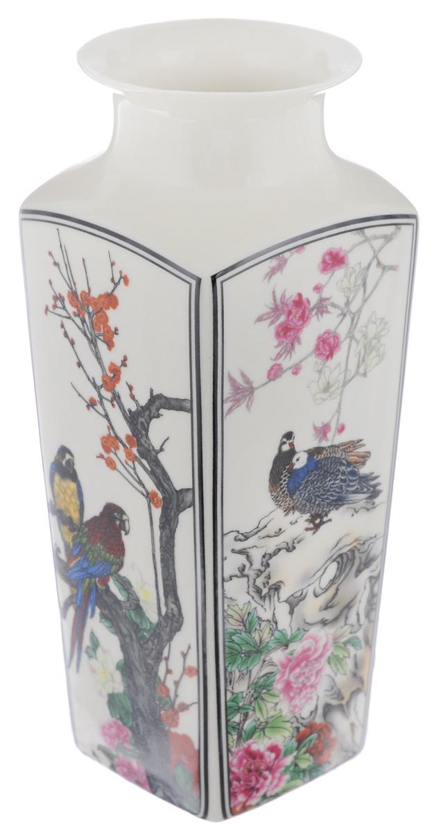 Ваза Elan Gallery Птицы в цветах, с круглым горлом, высота 20 см501915Декоративная ваза Elan Gallery Птицы в цветах украсит ваш интерьер и будет прекрасным подарком для ваших близких! Изделие выполнено из высококачественного фарфора и оформлено 4 разными рисунками с каждой стороны. Оригинальный дизайн наполнит ваш дом праздничным настроением. Изделие имеет подарочную упаковку, поэтому станет желанным подарком для ваших близких! Диаметр по верхнему краю: 7 см. Размер дна: 6,2 см х 6,2 см. Высота вазы: 20 см.