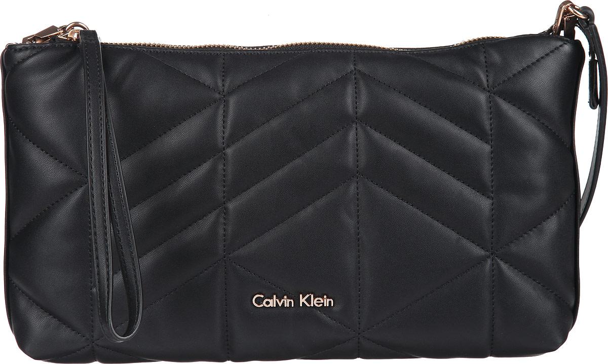 Сумка женская Calvin Klein Jeans, цвет: черный. K60K601010K60K601010Стильная сумка женская Calvin Klein Jeans выполнена из полиуретана, оформлена декоративной строчкой и металлической фурнитурой с символикой бренда. Изделие содержит одно отделение и закрывается на молнию. Внутри размещен врезной кармашек на молнии. Сумка оснащена съемным укороченным плечевым ремнем, который дополнен цепочкой. Бегунок молнии дополнен петлей на запястье. Оригинальный аксессуар от Calvin Klein Jeans позволит вам завершить образ и быть неотразимой.