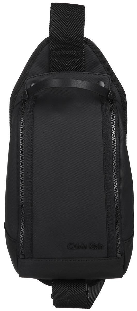 Сумка мужская Calvin Klein Jeans, цвет: черный. K50K500465K50K500465Практичная сумка Calvin Klein Jeans выполнена из полиуретана и полиэстера, оформлена металлической фурнитурой с символикой бренда. Изделие содержит одно отделение и закрывается на застежку-молнию и две кнопки. Внутри размещен врезной карман на молнии. Сумка оснащена широким ремнем регулируемой длины, который позволяет носить изделие через плечо. Практичный аксессуар от Calvin Klein Jeans позволит вам завершить образ и подчеркнуть стиль.