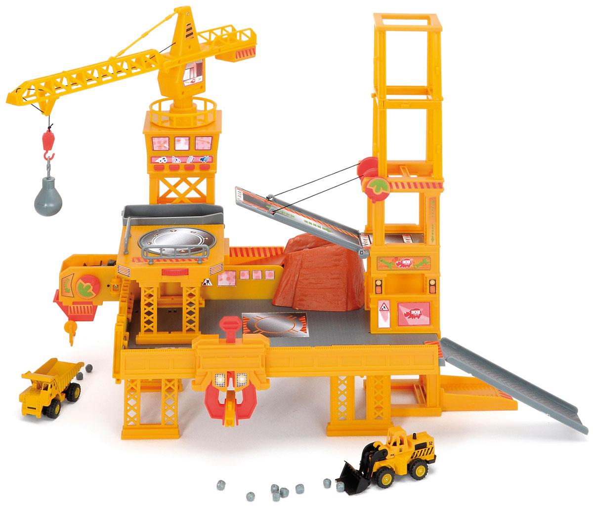 Dickie Toys Игровой набор Строительная площадка3608350Если вы хотите удивить и порадовать своего малыша, то подарите ему игровой набор Dickie Toys Строительная площадка с двумя машинками. Многоуровневая платформа, изготовленная из прочного безопасного пластика, оборудована строительным краном с крюком, конвейером и поднимающимся мостом. Данная игрушка имеет множество функциональных возможностей. Можно использовать конвейерную ленту, чтобы быстро и легко перемещать камни, а потом погружать их в грузовик. Благодаря крану с вращающейся башней и поднимающейся и опускающейся стрелой можно перемещать различные грузы. Разнообразные спуски и подъёмные мосты сделают игру еще более увлекательной. В комплект входят также две машинки - грузовик и бульдозер. Колесики машинок крутятся, у бульдозера поднимается ковш, у грузовика поднимается и опускается прицеп. Строительная площадка снабжена звуковыми эффектами - при нажатии на кнопки на пульте управления раздаются звуки двигателя, работы конвейера и другие. Игра с таким набором...