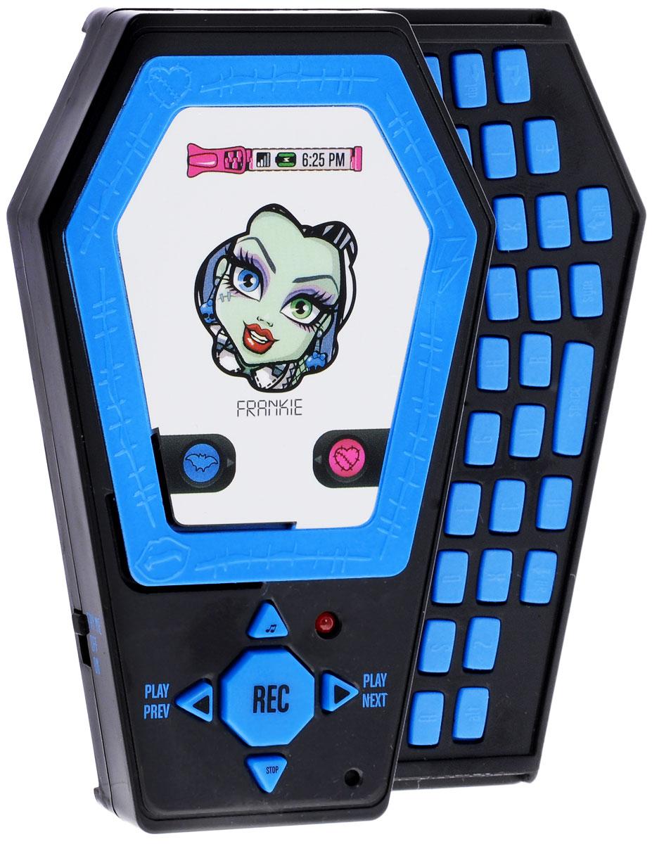 Monster High Электронная игрушка Телефон цвет голубой870420_голубойЭлектронная игрушка Monster High Телефон, выполненный в форме гробика, в стиле персонажа Школы монстров. Изготовлен из высококачественного нетоксичного материала. У телефона имеется выдвижная QWERTY- клавиатура, зеркальный экран с изображением персонажа. Стильный телефон позволяет записывать до 3 минут разговора, поэтому можно хранить и прослушивать все ваши тайны. Но и это еще не все! Телефон включает в себя 3 различных звуковых эффекта и песню из популярного мультфильма. Все кнопки клавиатуры нажимаются, но не активируют никакие звуковые эффекты. Необычный дизайн и интересная цветовая гамма, несомненно, понравятся ребенку. Рекомендуется докупить 3 батарейки напряжением 1,5V типа ААА (товар комплектуется демонстрационными).