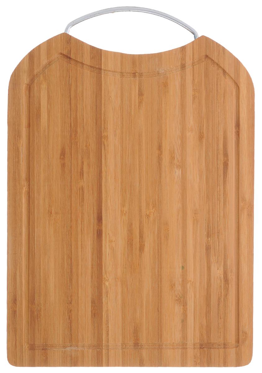 Доска разделочная Kesper, бамбуковая, 25,5 х 34,5 см5138-0Разделочная доска Kesper с металлической ручкой изготовлена из высококачественной древесины бамбука, обладающей антибактериальными свойствами. Бамбук - инновационный материал, идеально подходящий для разделочных досок. Доски из бамбука обладают высокой плотностью структуры древесины, а также устойчивы к механическим воздействиям. Вдоль края доска оснащена желобками для стока жидкости. Функциональная и простая в использовании, разделочная доска Kesper прекрасно впишется в интерьер любой кухни и прослужит вам долгие годы. Размер доски: 25,5 см х 34,5 см. Толщина доски: 1,5 см.