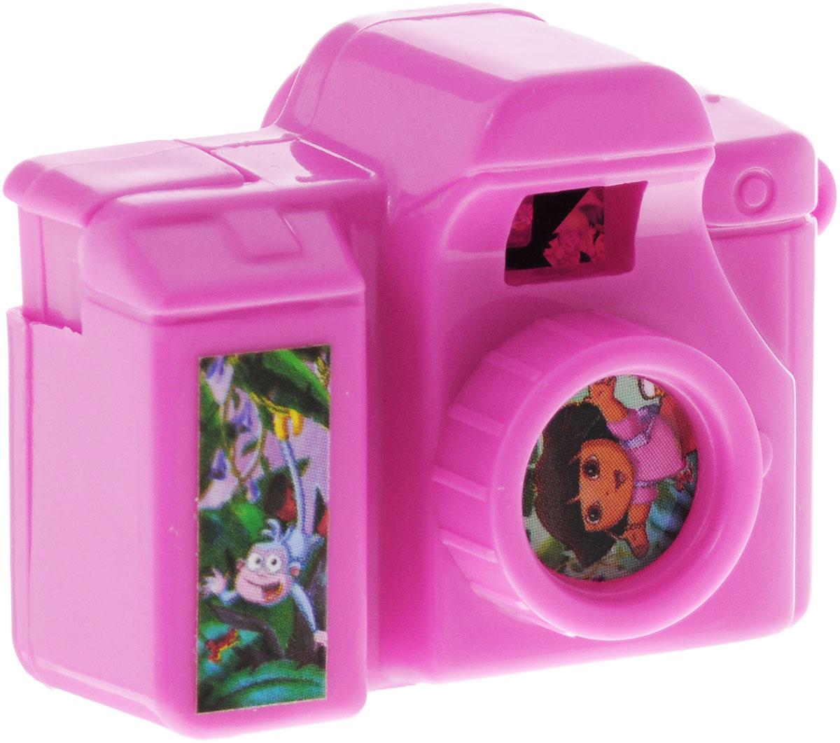 Веселая затея Фотоаппарат Даша-путешественница цвет розовый1507-1002Миниатюрный фотоаппарат Даша-путешественница розового цвета обязательно понравится вашему ребенку! При нажатии на специальную кнопку, меняются слайды о Дашиных приключениях. Картинки непременно заинтересуют юных путешественников. Сбоку есть петелька, через которую можно протянуть ленточку и повесить фотоаппарат на браслет или рюкзачок.