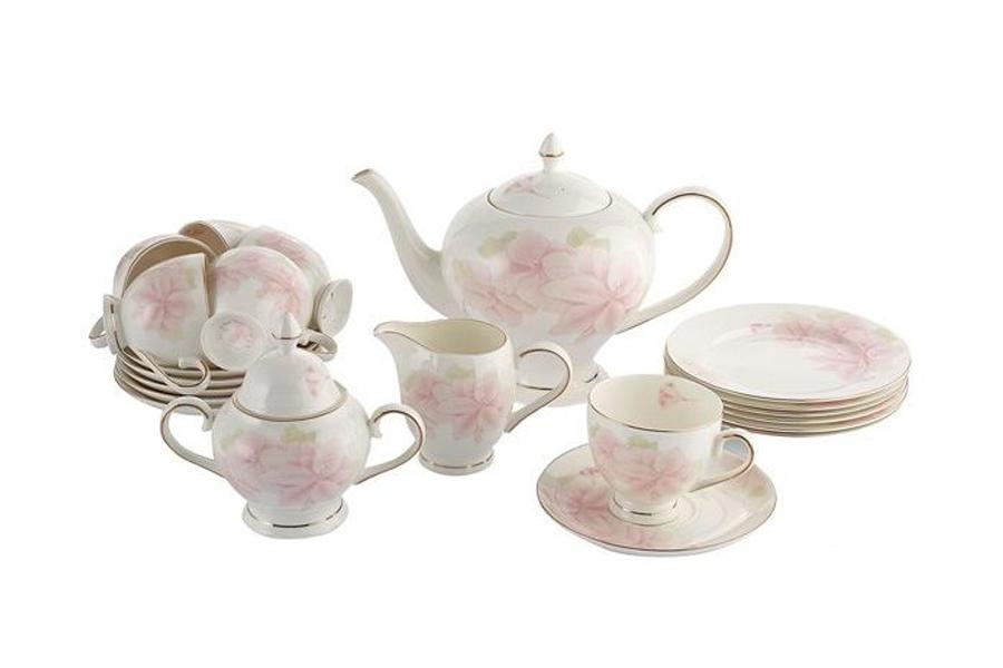 Чайный сервиз Розовые цветы 21 предмет на 6 персон. E5-HV004011/21-ALE5-HV004011/21-ALЧайная и обеденная столовая посуда торговой марки Emerald произведена из высококачественного костяного фарфора. Благодаря высокому качеству исполнения, разнообразным декорам и оптимальному соотношению цена – качество, посуда Emerald завоевала огромную популярность у покупателей и пользуется неизменно высоким спросом. Поверхность изделий покрыта превосходной сверкающей глазурью, не содержащей свинца.