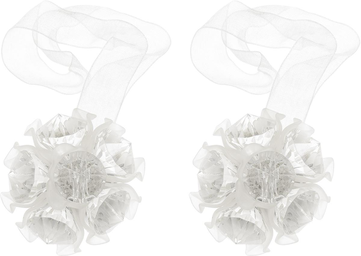 Клипса-магнит для штор Астра, цвет: белый, 2 шт7713413_8001 белыйКлипса-магнит Астра, изготовленная из акрила и текстиля, предназначена для придания формы шторам. Изделие представляет собой два магнита, расположенные на разных концах текстильной ленты. Один из магнитов оформлен декоративным цветком. С помощью такой магнитной клипсы можно зафиксировать портьеры, придать им требуемое положение, сделать складки симметричными или приблизить портьеры, скрепить их. Клипсы для штор являются универсальным изделием, которое превосходно подойдет как для штор в детской комнате, так и для штор в гостиной. Следует отметить, что клипсы для штор выполняют не только практическую функцию, но также являются одной из основных деталей декора этого изделия, которая придает шторам восхитительный, стильный внешний вид. Диаметр декоративного цветка: 4,5 см. Диаметр магнита: 2 см. Длина ленты: 27 см.