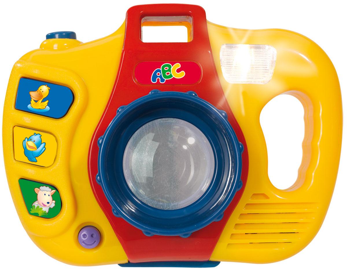 Simba Фотоаппарат4019046У фотоаппарата широкий объектив, внутри него – зеркальце. При нажатии кнопки съемка загорается вспышка (лампочка возле объектива) и раздается характерный звук. Справа от объектива – три кнопочки с веселыми рожицами, нажимая на них, слышится музыка. Слева от объектива – удобная ручка. Перед тем, как ребенок получит свое фото в виде отражения или картинки, он услышит звуки кукушки. Для работы игрушки требуются батарейки. Питание 1 х AA