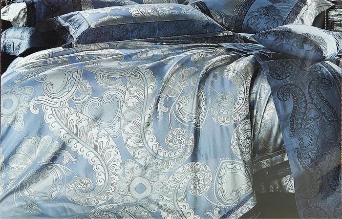 Комплект белья Этель Куршевель, евро, наволочки 50х70, цвет: голубой, серебристый. 819223819223Комплект белья Этель Куршевель состоит из пододеяльника, простыни и двух наволочек. Белье выполнено из жаккарда с красивым вышитым орнаментом. Лицевая сторона наволочек и пододеяльника - многониточный жаккард. Простыня, обратная сторона наволочек и пододеяльника изготовлены из однотонного сатина в цвет основной ткани. Жаккард - ткань фактурного плетения, в которой нити очень плотно переплетены и образуют узорчатый рельеф. Это очень практичный материал, неприхотливый в уходе, более долговечный, по сравнению с другими тканями, полученными одним из простых способов плетения. Многониточный тканый жаккард - технология, позволяющая добиваться перелива цветов в пределах одного тона. Постельное бельё из тканого жаккарда - выбор для тех, кто понимает, что значит стиль и изысканность! В комплектацию входят так называемые оксфордские наволочки с ушками, являющиеся дополнительным декоративным элементом вашей спальни. Увеличен размер простыни. Пододеяльник на...