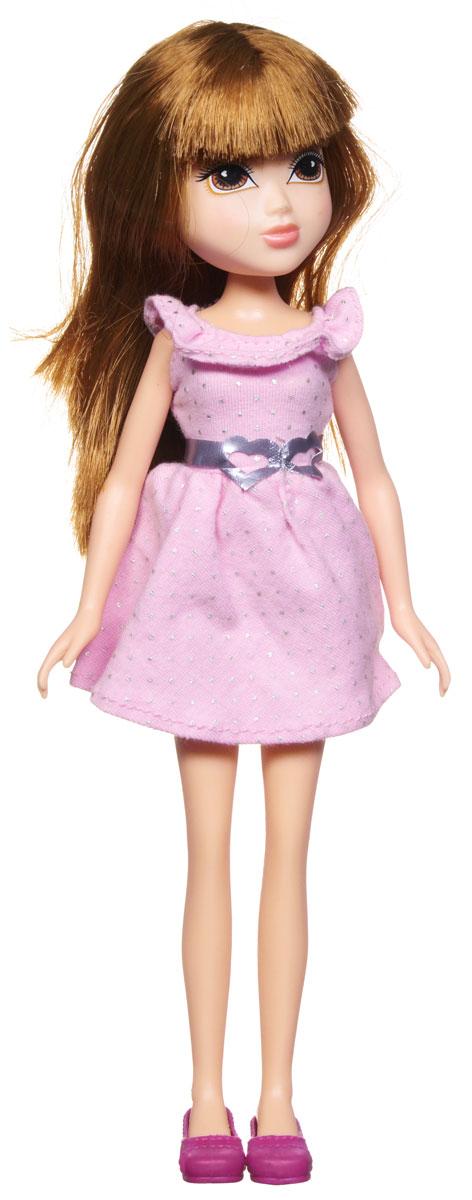 Moxie Кукла Подружка Ида в розовом платье418467_розовое платьеMOXIE - веселые подружки-подростки. Они яркие, модные, любознательные и дружные. Подружки не всегда следуют моде, они ее творят! У каждой из кукол свой собственный, неповторимый стиль, все они очень современны - от японского аниме до американского граффити. Они не боятся пробовать что-то новое или творить яркие образы. В мире моды подружки ценят естественность и непосредственность, индивидуальность и самовыражение, отважность и любопытство, дружбу и взаимопомощь. Игры с куклами Мокси способствуют развитию наблюдательности, мелкой моторики, логики и художественного вкуса! Для изготовления кукол MOXIE используется качественный материал винил: твердый винил - для производства головы куклы, более мягкий предназначается для тела, сгибающийся - для рук и ног куклы. Кукла Moxie Подружка Ида приведет в восторг вашего ребенка. Куколка с длинными каштановыми волосами одета в летнее розовое платье, дополненное серебристым поясом, на ножках...