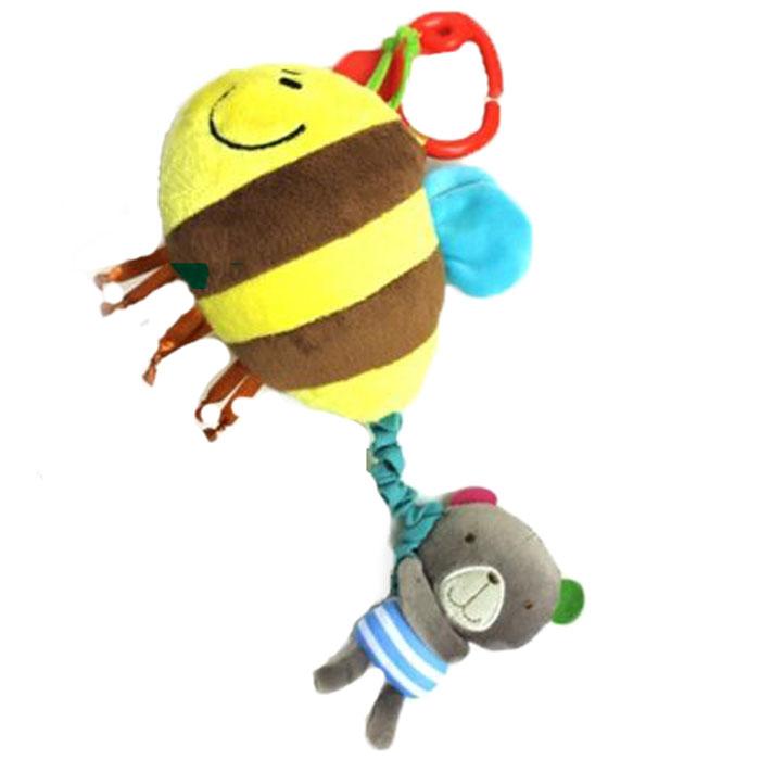 Bobby & Friends Игрушка-подвес Мишка с пчелойТ57139Развивающая игрушка-подвес Bobby & Friends Мишка с пчелой привлечет внимание вашего малыша и не позволит ему скучать! Игрушка выполнена из текстильного материала разных фактур и цветов в виде большой пчелки и мишки Бобби, держащего пчелу за хвост. Если потянуть мишку в сторону от пчелки, а затем отпустить, пчелка начнет вибрировать. С помощью пластикового карабина игрушку легко можно прикрепить к кроватке, коляске, автокреслу или игровой дуге малыша. Яркая игрушка-подвес Bobby & Friends Мишка с пчелой поможет ребенку в развитии цветового и звукового восприятия, концентрации внимания, мелкой моторики рук, координации движений и тактильных ощущений.
