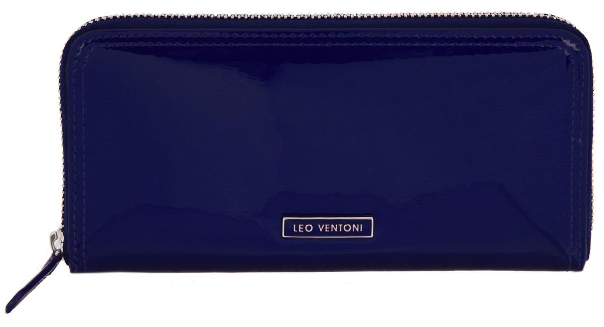 Кошелек женский Leo Ventoni, цвет: синий. L330946L330946-blue/neroСтильный женский кошелек Leo Ventoni выполнен из натуральной лакированной кожи с декоративным тиснением и оформлен металлической фурнитурой с символикой бренда. Изделие закрывается на молнию. Внутри расположены: три отделения для купюр, отделение для монет на молнии, три накладных кармана, девять накладных карманов для пластиковых карт, один из которых дополнен прозрачной вставкой из пластика. Изделие поставляется в фирменной упаковке. Кошелек Leo Ventoni станет отличным подарком для человека, ценящего качественные и практичные вещи.
