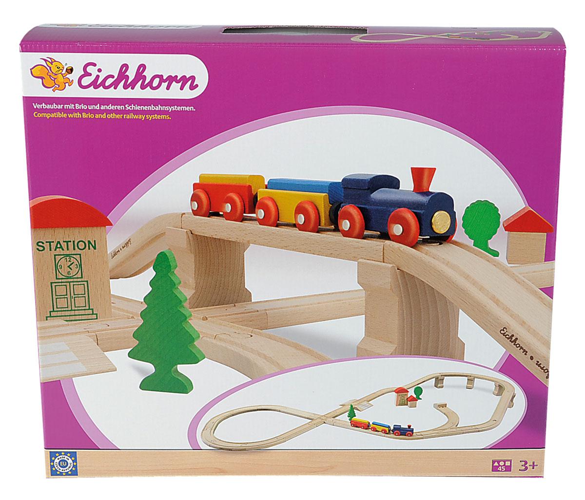 Eichhorn Железная дорога с мостом и тупиком100001203Вашему ребенку обязательно понравится игровой набор Железная дорога. В набор входят два ярких вагончика, паровозик и элементы для железнодорожного полотна. Набор дополнен деревьями и станционными будками. Дополняет железную дорогу мост и тупик. Все элементы выполнены из натурального дерева. Каждый вагончик содержит цветные элементы, используемые как груз. Вагончики дополнены магнитами, с помощью них, они присоединяются к любому другому паровозику, или вагону. С этим набором ребенок может значительно расширить возможности игр с железной дорогой. Набор совместим со всеми железными дорогами и паровозиками Eichhorn и наборами Brio. Железные дороги позволяют ребенку не только получать удовольствие от игры, но и развивать пространственное воображение, мелкую моторику и координацию движений.