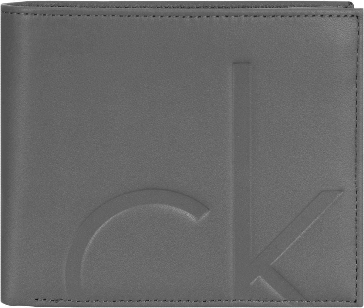 Кошелек мужской Calvin Klein Jeans, цвет: серый. K50K500900K50K500900Мужской кошелек Calvin Klein Jeans изготовлен из натуральной кожи и оформлен фирменным тиснением. Внутри находится два отделения для купюр, три потайных кармана и девять кармашков для визиток и пластиковых карт, отделение для мелочи с клапаном на кнопке и сетчатый карман. Изделие упаковано в фирменную коробку. Стильный кошелек не только дополнит ваш образ, но и будет незаменимым аксессуаром.