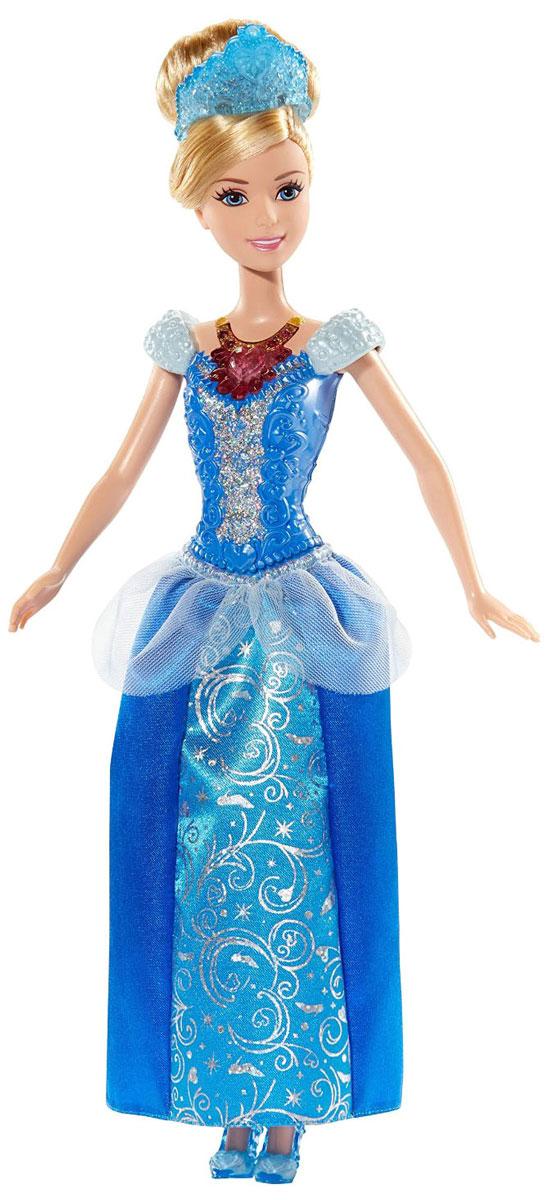 Disney Princess Кукла Ослепительные принцессы ЗолушкаBDJ22_BDJ23Теперь ваши любимые Принцессы Диснея могут устраивать незабываемое световое шоу, куда бы они ни пошли! Ариэль, Золушка и Рапунцель - каждая завораживает своим блестящим платьем, дополненным специальной тиарой и роскошным колье с драгоценным камнем, которые сверкают и светятся! Кукла Disney Princess Золушка одета в шикарное голубое платье с переливающимися серебристыми узорами. Роскошные волосы Золушки убраны в прическу и украшены тиарой, на груди - колье. При нажатии на колье оно и тиара засверкают разноцветными огоньками. Ваша малышка с удовольствием будет играть с этой куклой, проигрывая сюжеты из мультсериала или придумывая различные истории. Работает от незаменяемых батареек.