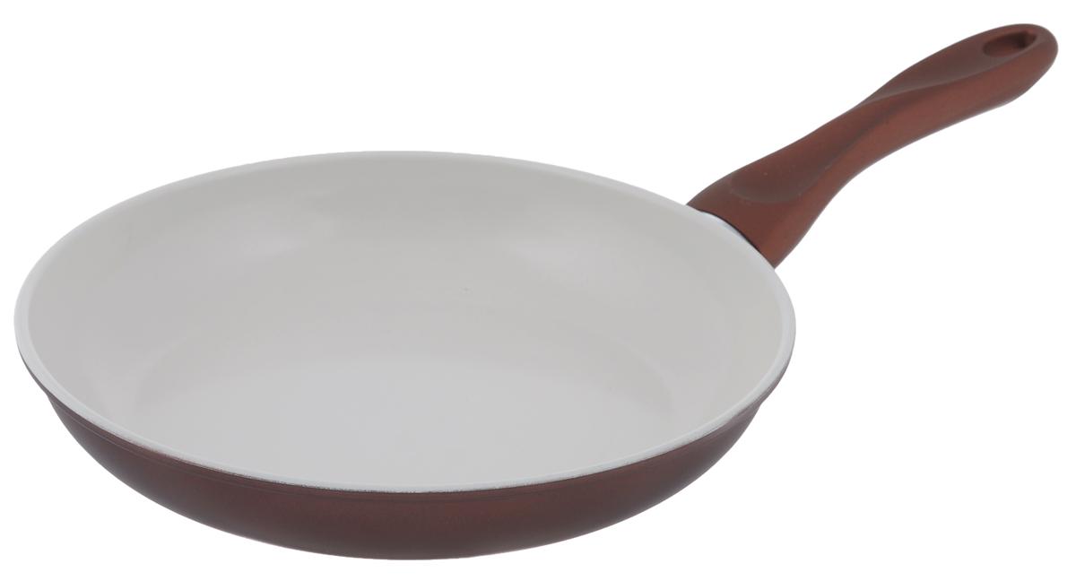 Сковорода Mayer & Boch, с керамическим покрытием, цвет: бронзовый, белый. Диаметр 26 см22229_бронзовыйСковорода Mayer & Boch изготовлена из углеродистой стали с высококачественным керамическим покрытием. Керамика не содержит вредных примесей ПФОК, что способствует здоровому и экологичному приготовлению пищи. Кроме того, с таким покрытием пища не пригорает и не прилипает к стенкам, поэтому можно готовить с минимальным добавлением масла и жиров. Гладкая, идеально ровная поверхность сковороды легко чистится, ее можно мыть в воде руками или вытирать полотенцем. Эргономичная ручка специального дизайна выполнена из бакелита с силиконовым покрытием. Сковорода подходит для использования на газовых и электрических плитах. Можно мыть в посудомоечной машине. Диаметр по верхнему краю: 26 см. Высота стенки: 4,5 см. Толщина стенки: 1,2 мм. Толщина дна: 2 мм. Длина ручки: 19 см.