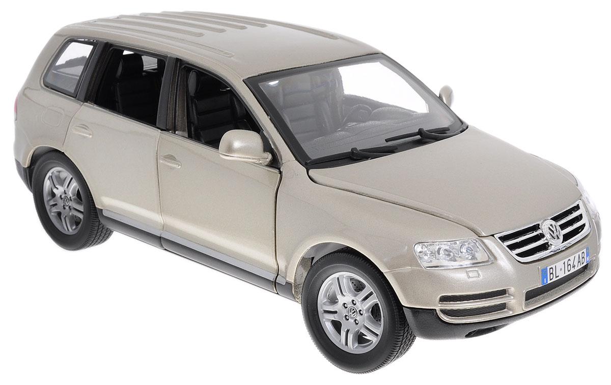 Bburago Модель автомобиля Volkswagen Touareg цвет серебристый18-12002_серебряныйМодель автомобиля Bburago Volkswagen Touareg для тех, кто любит роскошь и высокие скорости. Сегодня Touareg - внедорожник представительского класса. Благодаря броской внешности, а также великолепной точности, с которой создатели этой масштабной модели передали внешний вид настоящего автомобиля, машинка станет подлинным украшением любой коллекции авто. Машинка будет долго служить своему владельцу благодаря металлическому корпусу с элементами из пластика. Передние двери машины и капот открываются. Крыша машины сложена гармошкой. При повороте руля изменяют свое направление колеса. Шины обеспечивают отличное сцепление с любой поверхностью пола. Модель автомобиля Volkswagen Touareg понравится вашему ребенку и станет достойным экспонатом любой коллекции.