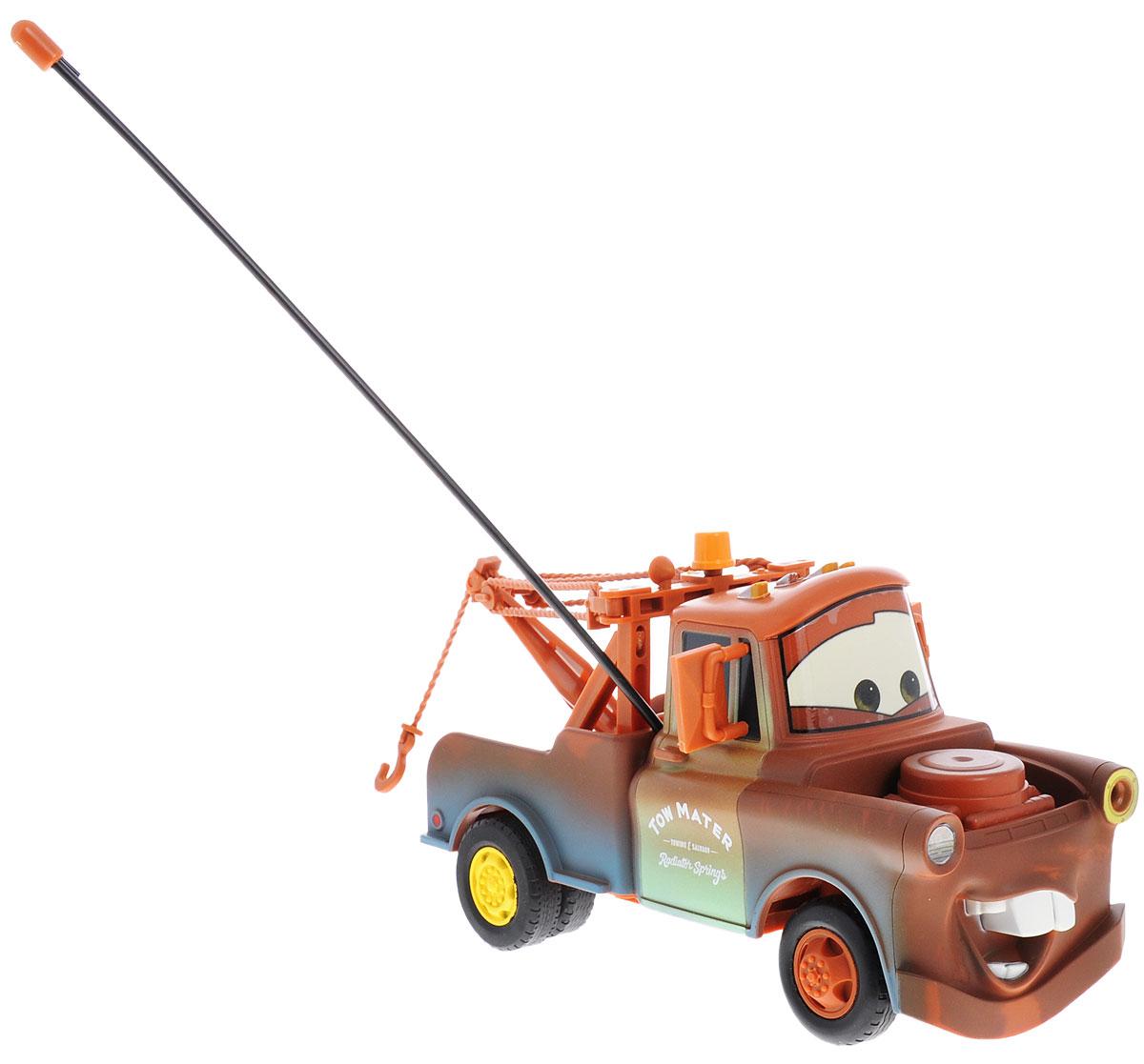Dickie Toys Машина на радиоуправлении Мэтр3089502Машина на радиоуправлении Dickie Toys Мэтр несомненно понравится любому мальчишке. Игрушка выполнена в виде героя мультфильма Тачки грузовика Мэтра. Детализированный корпус модели изготовлен из пластика, колесики прорезинены, что обеспечивает надежное сцепление с любой гладкой поверхностью. Пульт управления позволяет автомобилю двигаться, вперед, назад, влево и вправо, а также обеспечивает точный контроль над скоростью движения автомобиля, позволяя использовать режим турбо. Машинка дополнена подвижным подъемным краном. Ваш ребенок часами будет играть с моделью, придумывая различные истории и устраивая соревнования. Порадуйте его таким замечательным подарком! Для работы автомобиля необходимо докупить 3 батарейки типа АА (в комплект не входят). Для работы пульта управления необходимо докупить 3 батарейки типа ААА (в комплект не входят).