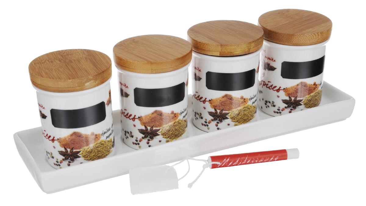 Набор банок для сыпучих Nuova R2S Специи, с мелком и подносом, 6 предметов749SPEZНабор банок Nuova R2S Специи, выполненный из высококачественного фарфора белого цвета, оформлен изображением различных продуктов и кухонных принадлежностей. В банках будет удобно хранить разнообразные специи. Изделия надежно закрываются деревянными крышками с силиконовым уплотнителем. На банках имеется специальное черное поле для нанесения записей мелом (входит в комплект). Таким образом, вы сможете отмечать, что находится в банке. В комплекте поднос для банок, выполненный из высококачественного фарфора. Оригинальный набор Nuova R2S Специи станет незаменимым помощником на кухне. Можно использовать в микроволновой печи и мыть в посудомоечной машине. Размер банок: 6,2 см х 6,2 см х 7,7 см. Длина мелка: 7,2 см. Размер подноса: 28 см х 8 см х 2 см.