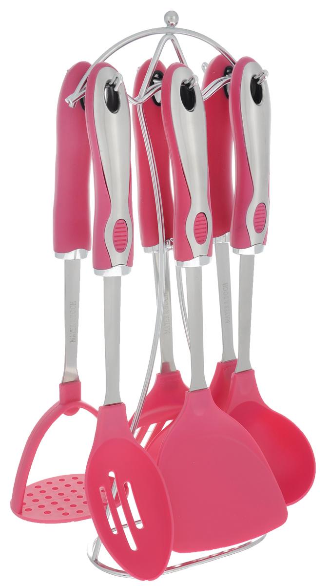 Набор кухонных принадлежностей Mayer & Boch, цвет: розовый, серебристый, 7 предметов. 2242522425Набор кухонных принадлежностей Mayer & Boch станет незаменимым помощником на кухне, поскольку в набор входят самые необходимые кухонные аксессуары: ложка, половник, шумовка, лопатка, лопатка с прорезями, картофелемялка. Предметы набора хранятся в элегантной металлической подставке. Ручки изделий, выполненные из термопластика, оснащены отверстием для подвешивания на крючок. Рабочие поверхности предметов набора изготовлены из нейлона. Аксессуары для кухни выполнены из высококачественной нержавеющей стали. Изделия из нержавеющей стали исключительно прочны, гигиеничны, не подвержены коррозии и химически устойчивы по отношению к органическим кислотам, солям и щелочам. Размер подставки: 11 см х 8 см х 40 см. Длина половника: 32 см. Размер рабочей поверхности половника: 8 см х 8 см. Длина шумовки: 34 см. Размер рабочей поверхности шумовки: 11 см х 11 см. Длина ложки: 34 см. Размер рабочей поверхности ложки: 10 см х 6 см. Длина лопатки: 33...