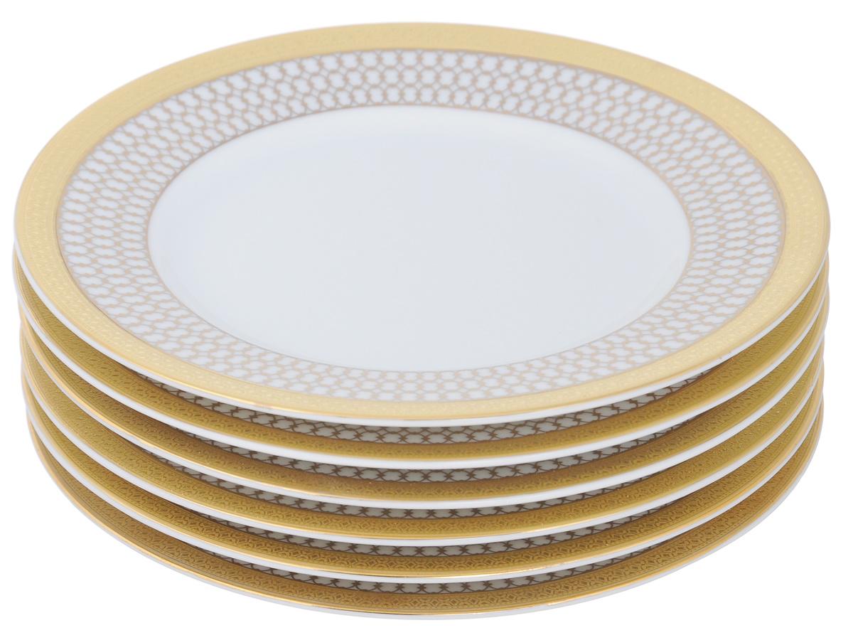 Набор тарелок Yves De La Rosiere Victoire Or, диаметр 15,5 см, 6 шт539111 1488Набор Yves De La Rosiere Victoire Or состоит из шести тарелок, изготовленных из высококачественного фарфора. Яркий дизайн придется по вкусу и ценителям классики, и тем, кто предпочитает утонченность и изысканность. Он настроит на праздничный лад и подарит хорошее настроение с самого утра. Набор столовой посуды - идеальный и необходимый подарок для ваших друзей в праздники, юбилеи и торжества! Он также станет отличным корпоративным подарком и украшением любой кухни. Диаметр тарелки (по верхнему краю): 15,5 см.