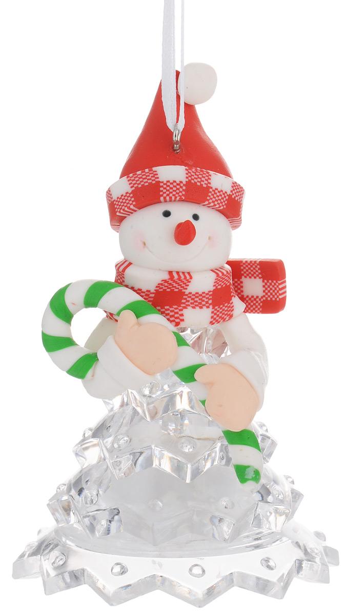 Новогодняя декоративная фигурка Kosmos Снеговик в красной шапке, с подсветкой, высота 10 смKOCNL-EL112Новогодняя декоративная фигурка Kosmos Снеговик в красной шапке выполнена из полирезины и прозрачного пластика в виде снеговика в красной шапке. Особенностью данной фигурки является наличие светодиодного устройства, благодаря которому украшение светится. Работает фигурка от 3 батареек типа LR44 (входят в комплект). Такая оригинальная фигурка оформит интерьер вашего дома или офиса в преддверии Нового года. Оригинальный дизайн и красочное исполнение создадут праздничное настроение. Кроме того, это отличный вариант подарка для ваших близких и друзей. Свет свечения: мульти. Напряжение: 1,5 V. Источники света: светодиоды (LED).