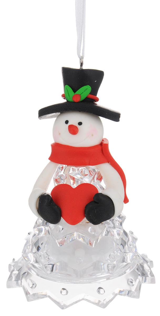 Новогодняя декоративная фигурка Kosmos Снеговик в черной шляпе, с подсветкой, высота 10 смKOCNL-EL112Новогодняя декоративная фигурка Kosmos Снеговик в черной шляпе выполнена из полирезины и прозрачного пластика в виде снеговика в красной шапке. Особенностью данной фигурки является наличие светодиодного устройства, благодаря которому украшение светится. Работает фигурка от 3 батареек типа LR44 (входят в комплект). Такая оригинальная фигурка оформит интерьер вашего дома или офиса в преддверии Нового года. Оригинальный дизайн и красочное исполнение создадут праздничное настроение. Кроме того, это отличный вариант подарка для ваших близких и друзей. Свет свечения: мульти. Напряжение: 1,5 V. Источники света: светодиоды (LED).