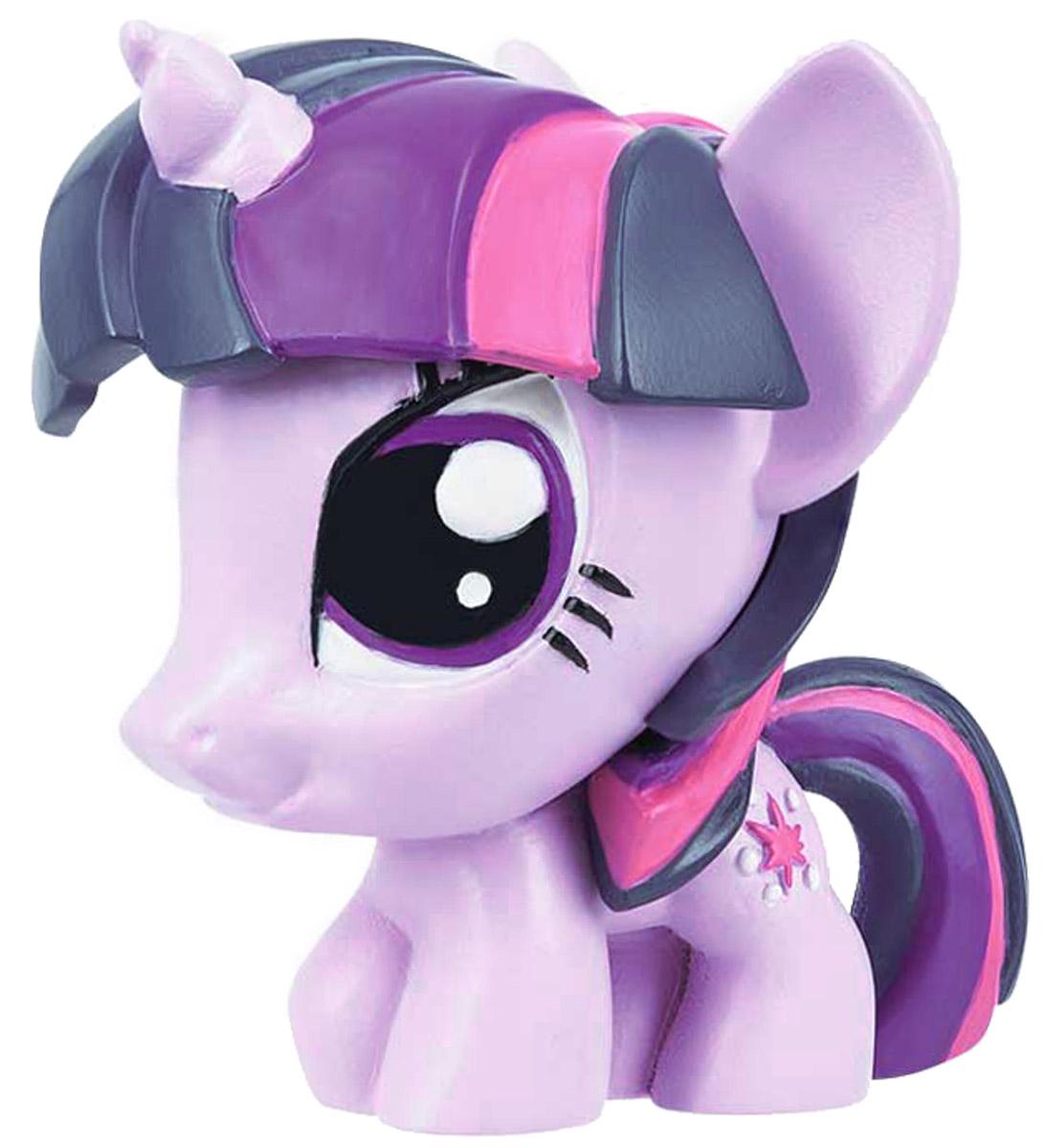 My Little Pony Фигурка-мялка Спаркл1134404_сиреневыйФигурка-мялка My Little Pony Спаркл непременно понравятся вашей малышке! Игрушка выполнена в виде героини мультфильма My Little Pony. Игрушка изготовлена из безопасной термопластичной резины, благодаря чему ее можно сжимать, крутить, кидать - а она всегда будет возвращаться в первоначальный вид. Игрушка-мялка способствует развитию мелкой моторики пальцев рук, развивает творческое мышление, укрепляет кистевые мышцы рук, создает позитивный эмоциональный фон и является замечательным антистрессом. Порадуйте своего ребенка таким замечательным подарком!