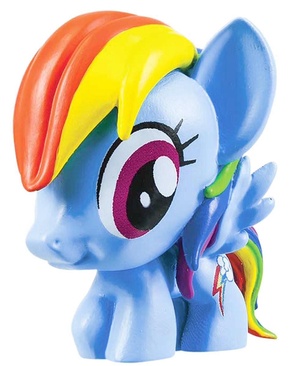 My Little Pony Фигурка-мялка Радуга Дэш1134404_голубойФигурка-мялка My Little Pony Радуга Дэш непременно понравятся вашей малышке! Игрушка выполнена в виде героини мультфильма My Little Pony. Игрушка изготовлена из безопасной термопластичной резины, благодаря чему ее можно сжимать, крутить, кидать - а она всегда будет возвращаться в первоначальный вид. Игрушка-мялка способствует развитию мелкой моторики пальцев рук, развивает творческое мышление, укрепляет кистевые мышцы рук, создает позитивный эмоциональный фон и является замечательным антистрессом. Порадуйте своего ребенка таким замечательным подарком!