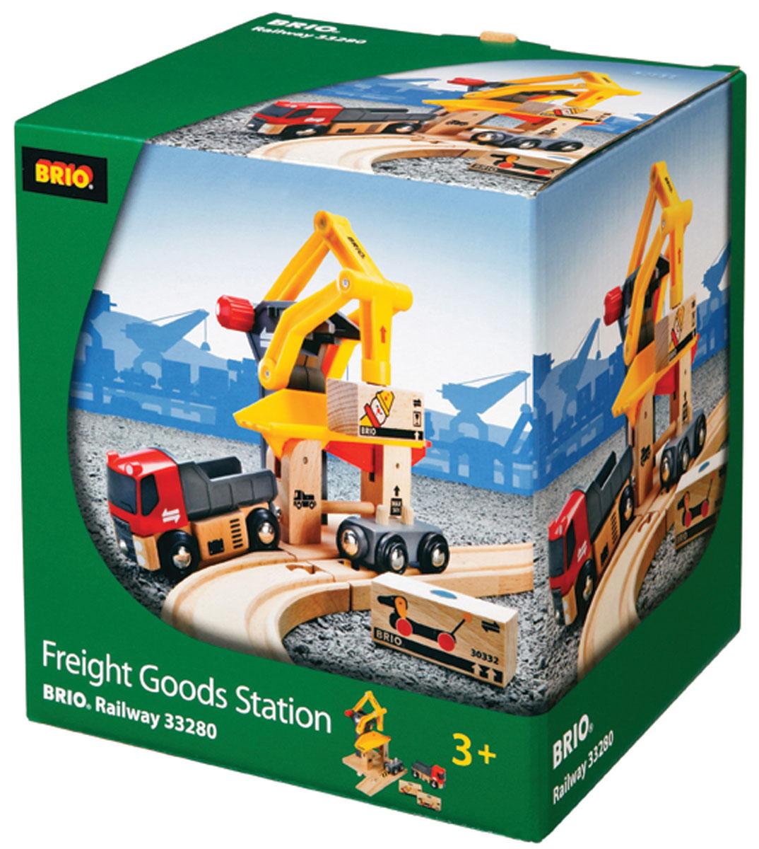 Brio Грузоподъемный пункт33280Вашему ребенку обязательно понравится набор Brio Грузоподъемный пункт. Этот игровой набор позволит построить погрузочный пункт с управляемым погрузчиком, съездом для транспорта, вагоном и грузовиком. В комплект входит погрузочный пункт, машинка, вагон, 2 грузовых контейнера, съезд для транспорта. Железные дороги позволяют ребенку не только получать удовольствие от игры, но и развивать пространственное воображение, мелкую моторику и координацию движений. Набор совместим со всеми железными дорогами и паровозиками Brio.
