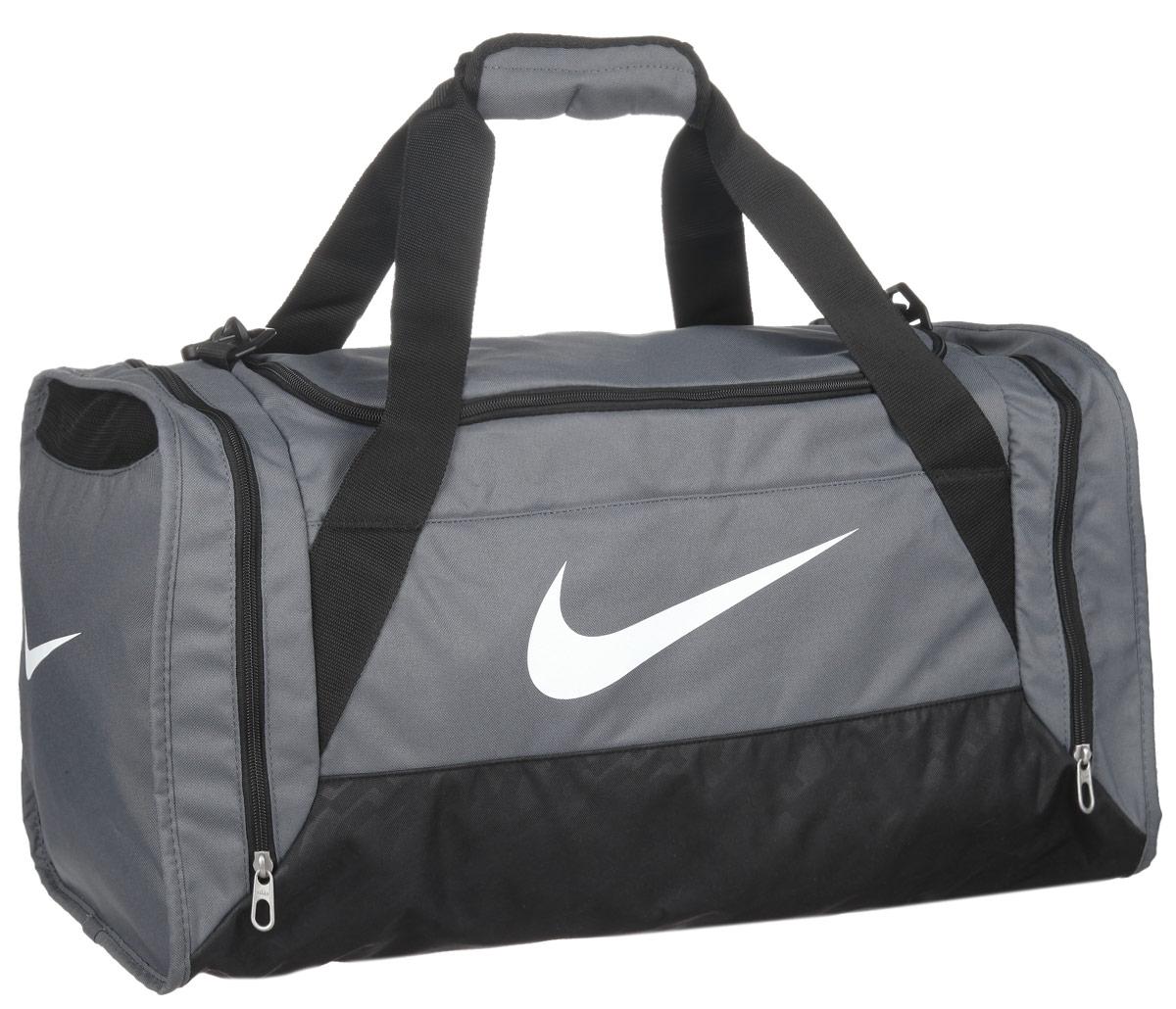 Сумка спортивная Nike Brasilia 6 Medium Duffel, цвет: серый, черный. BA4829-074BA4829-074Вместительная спортивная сумка Brasilia 6 Medium Duffel изготовлена из прочного полиэстера. Изделие имеет одно отделение, которое закрывается на застежку-молнию. Внутри имеется нашивной карман на липучке. Снаружи, по бокам расположены накладные карманы на застежках молниях, один из которых с сетчатым окошком и предназначен для обуви. Изделие оснащено двумя удобными текстильными ручками и съемным текстильным плечевым ремнем регулируемой длины. С одной из боковых сторон предусмотрена дополнительная текстильная ручка. Стильная сумка Nike Brasilia 6 Medium Duffel станет неотъемлемой частью спортивного гардероба.