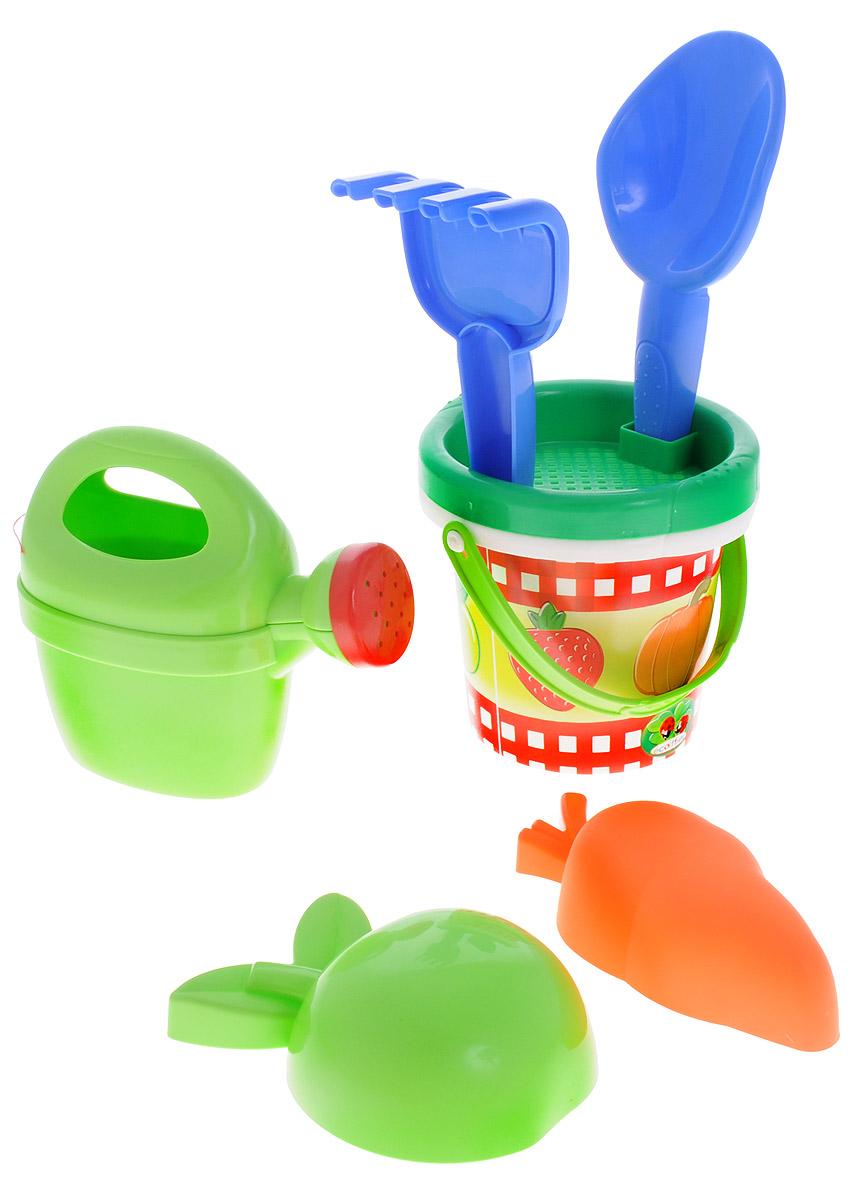 Ecoiffier Игровой набор Для огорода 6 предметов331Игровой набор Ecoiffier Для огорода включает в себя лейку, совок, грабельки, ведерко с крышкой, две формочки в виде морковки и яблока. Лейка оснащена ручкой; верхняя часть снимается, позволяя легко наполнить емкость. Крышку ведерка можно использовать в качестве ситечка. Игрушки, выполненные из пластика, удобны для детской ладони, не имеют острых углов и абсолютно безопасны для ребенка. Этот замечательный набор для огорода отлично подойдет для различных детских ролевых игр.