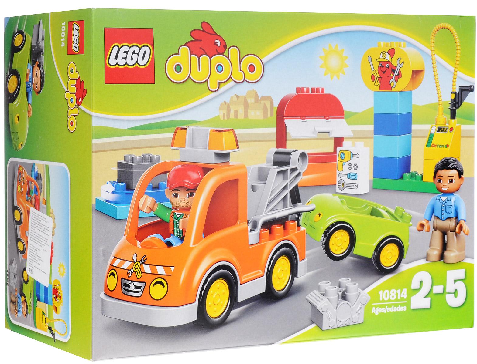 LEGO DUPLO Конструктор Буксировщик 1081410814Конструктор LEGO DUPLO Буксировщик приведет в восторг любого ребенка, ведь все дети обожают знаменитые конструкторы LEGO. Конструктор содержит 28 пластиковых элементов. На дороге сломался автомобиль! К счастью, мимо проезжает дружелюбный механик на своем буксировщике. Цепляйте автомобиль к буксировщику и тащите его в гараж, чтобы отремонтировать. Там есть много инструментов. Поставьте автомобиль на поворотную площадку и затяните все гайки с помощью ключа. Затем заправьте машину, и она снова готова к поездке! Кого ещё нужно отбуксировать? С яркими цветными кубиками LEGO DUPLO, разработанными специально для начинающих строителей, так легко собрать свою историю. Все элементы набора выполнены из безопасного пластика и имеют увеличенные размеры, специально для маленьких детских пальчиков. Игры с конструкторами помогут ребенку развить воображение, внимательность, пространственное мышление и творческие способности. Такой конструктор надолго займет...