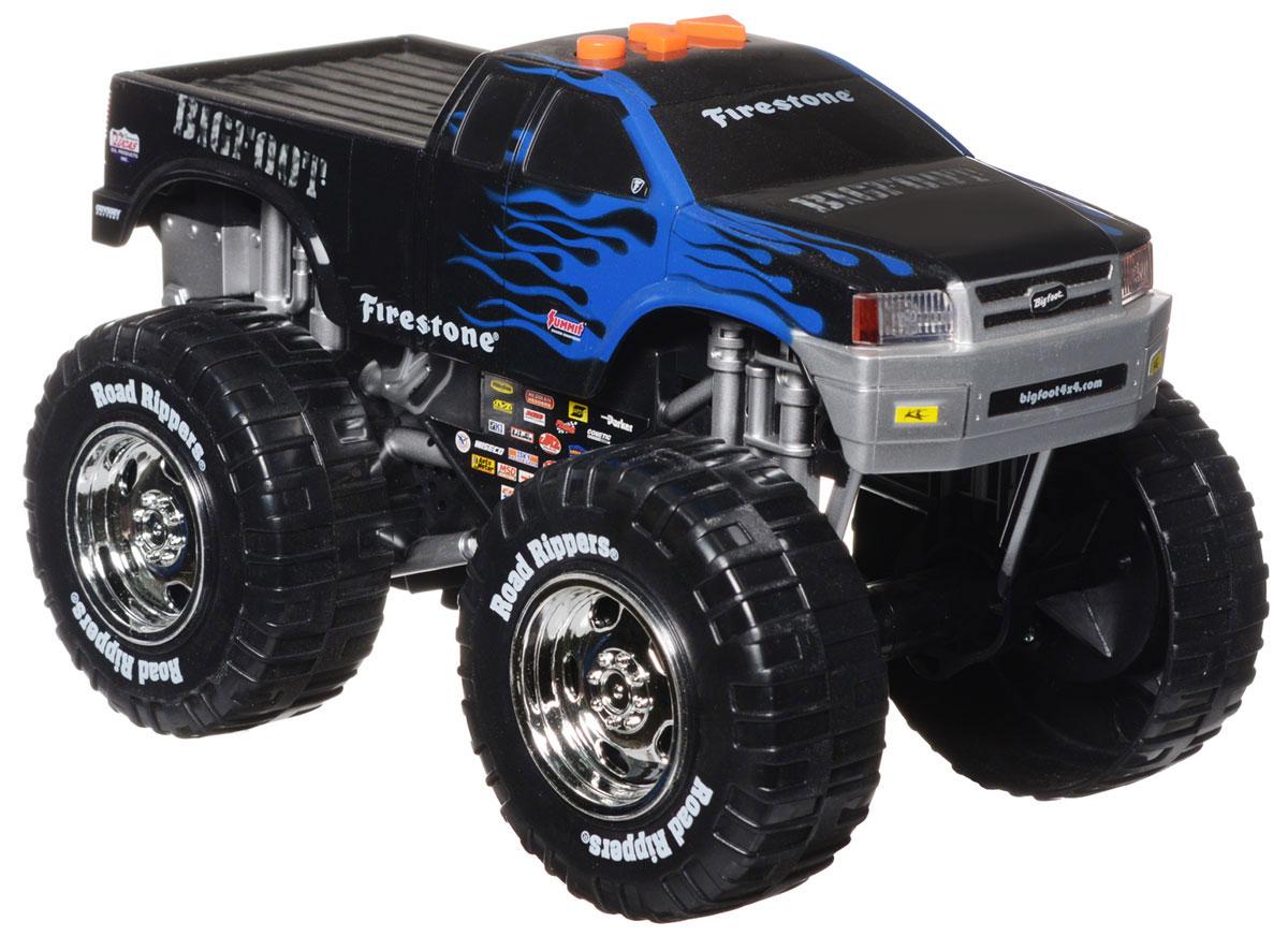 Toystate Машинка Bigfoot33540TS_синий, черныйЯркая машинка Toystate Bigfoot со звуковыми и световыми эффектами, несомненно, понравится вашему ребенку и не позволит ему скучать. Игрушка выполнена в виде мощного джипа с огромными колесами. При нажатии на кнопки, расположенные на крыше, светятся бортовые огни автомобиля, воспроизводятся звуки двигателя, играет заводная музыка и машинка демонстрирует трюки. Машинка оснащена инерционным механизмом. Ваш ребенок часами будет играть с машинкой, придумывая различные истории и устраивая соревнования. Порадуйте его таким замечательным подарком! Для работы игрушки необходимы 3 батарейки типа АА (товар комплектуется демонстрационными).