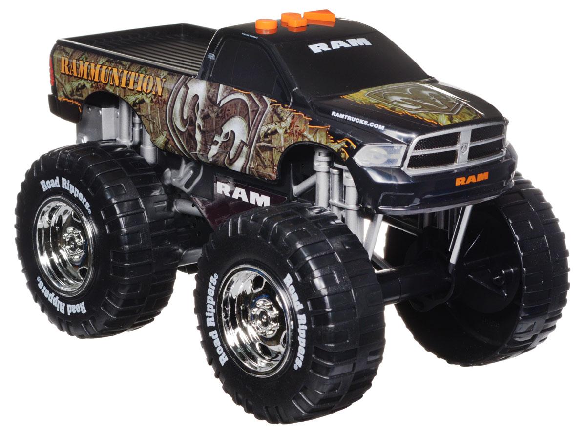 Toystate Машинка Rammunition33540TS_черный, зеленыйЯркая машинка Toystate Rammunition со звуковыми и световыми эффектами, несомненно, понравится вашему ребенку и не позволит ему скучать. Игрушка выполнена в виде мощного джипа с огромными колесами. При нажатии на кнопки, расположенные на крыше, светятся бортовые огни автомобиля, воспроизводятся звуки двигателя, играет заводная музыка и машинка демонстрирует трюки. Машинка оснащена инерционным механизмом. Ваш ребенок часами будет играть с машинкой, придумывая различные истории и устраивая соревнования. Порадуйте его таким замечательным подарком! Для работы игрушки необходимы 3 батарейки типа АА (товар комплектуется демонстрационными).