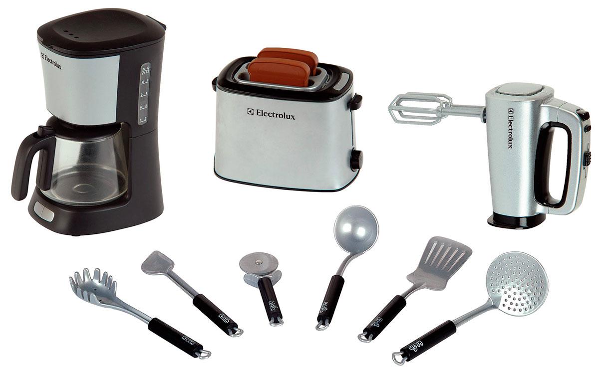 Klein Игровой набор Electrolux Кухонный набор9220В наборе: Тостер (тосты выскакивают сами с характерным звуком через определенное время), кофеварка (можно заливать воду, вода стекает в кофейник, как при варке кофе), миксер (со съемными вращающимися насадками), половник, шумовка, лопатка, нож для пиццы, ложка для спагетти, ложка поварская