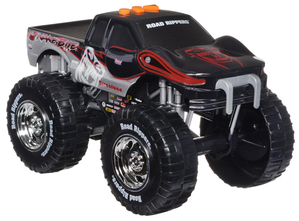 Toystate Машинка Snakebite33540TS_серый, черный, красныйЯркая машинка Toystate Snakebite со звуковыми и световыми эффектами, несомненно, понравится вашему ребенку и не позволит ему скучать. Игрушка выполнена в виде мощного джипа с огромными колесами. При нажатии на кнопки, расположенные на крыше, светятся бортовые огни автомобиля, воспроизводятся звуки двигателя, играет заводная музыка и машинка демонстрирует трюки. Машинка оснащена инерционным механизмом. Ваш ребенок часами будет играть с машинкой, придумывая различные истории и устраивая соревнования. Порадуйте его таким замечательным подарком! Для работы игрушки необходимы 3 батарейки типа АА (товар комплектуется демонстрационными).