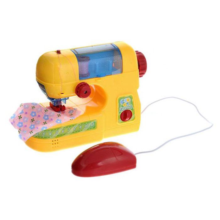 ABtoys Игровой набор Швейная машинкаPT-00095 (08001)Игровой набор Швейная машинка привлечет внимание вашей малышки и станет отличным подарком юной рукодельнице. Набор состоит из машинки, трех катушек ниток разных цветов, кусочка ткани, ножниц, сантиметра, нитковдевателя. Машинка со световыми и звуковыми эффектами оснащена ручным и ножным приводом для более интересной игры. Порадуйте свою малышку таким замечательным подарком!