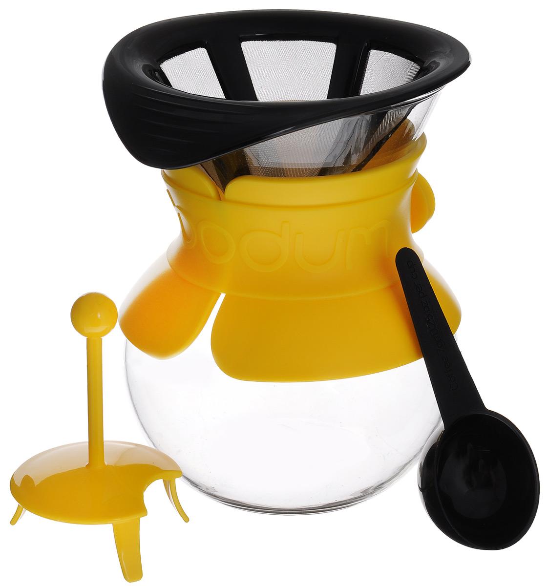 Кофейник Bodum Pour Over, с фильтром, 0,5 лA11592-957-Y15Кофейник с фильтром Bodum Pour Over предназначен для заваривания кофе, он гарантирует великолепный, богатый вкус и стойкий аромат при одновременном сохранении натуральных эфирных масел молотого кофе. Кофейник изготовлен из боросиликатного термостойкого стекла, снабжен специальной пластиковой вставкой с силиконовым ремешком, чтобы не обжечь руки. Фильтр выполнен из пластика с сеткой из коррозионностойкой стали. Кофейник очень прост в использовании. Заполните воронку молотым кофе, предназначенным для приготовления капельным способом. Медленно вливайте горячую воду, дайте воде просочиться сквозь кофе, готовый кофе будет капать в емкость. В комплекте предусмотрена специальная мерная ложечка на 7 грамм кофе. Диаметр емкости (по верхнему краю): 10 см. Высота емкости: 14 см. Размер фильтра: 11,5 см х 14 см х 6 см.