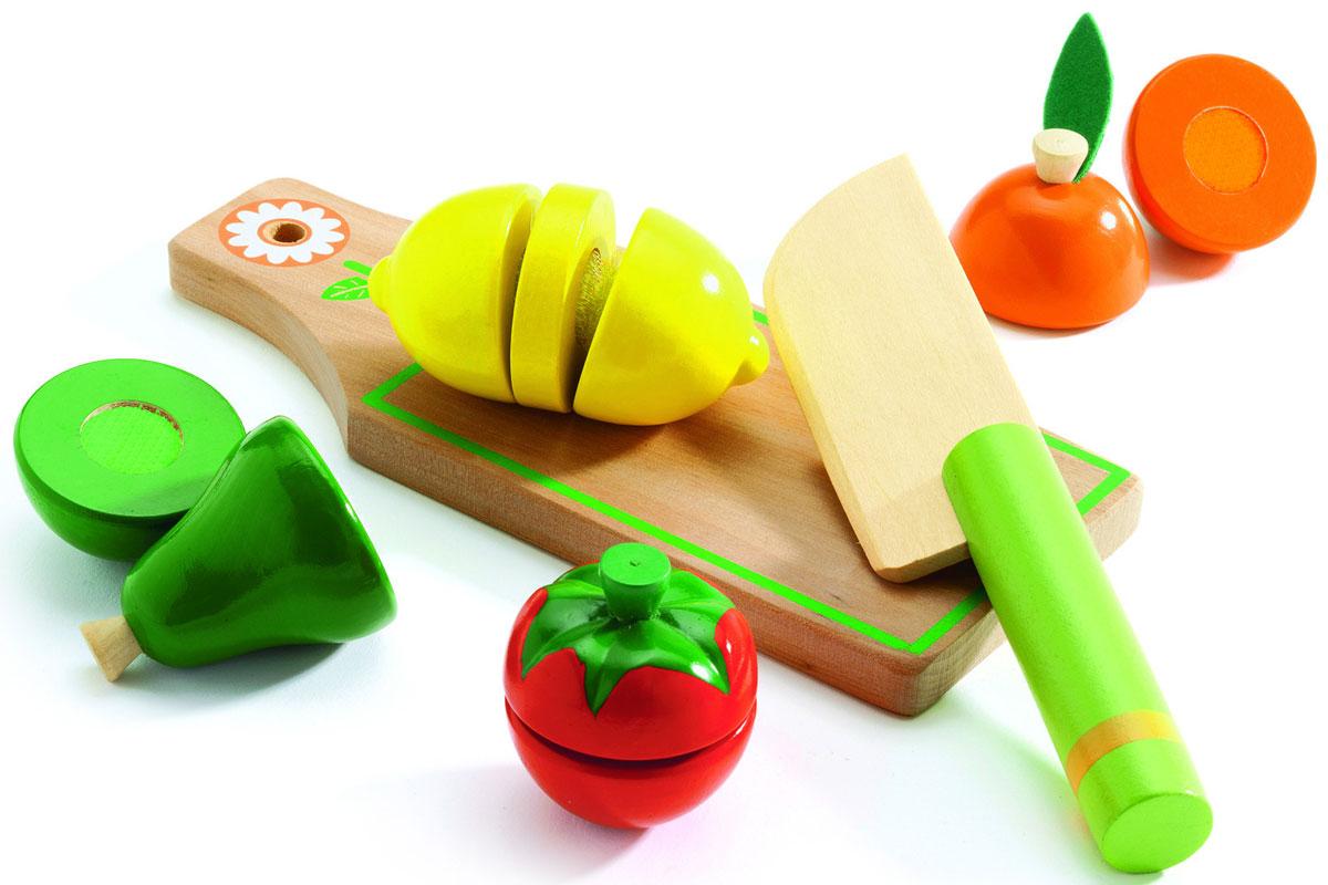 Djeco Игровой набор Фрукты и овощи06526Игровой набор Djeco Фрукты и овощи позволит весело и полезно провести время. С помощью ножа ваш малыш научится разрезать предметы на части, разовьет мелкую моторику, поймет, что такое быть хозяйкой Яркий набор обязательно понравятся всем малышкам и её подружкам. Во время игры ребенок познакомится с различными цветами, научится различать фигуры.
