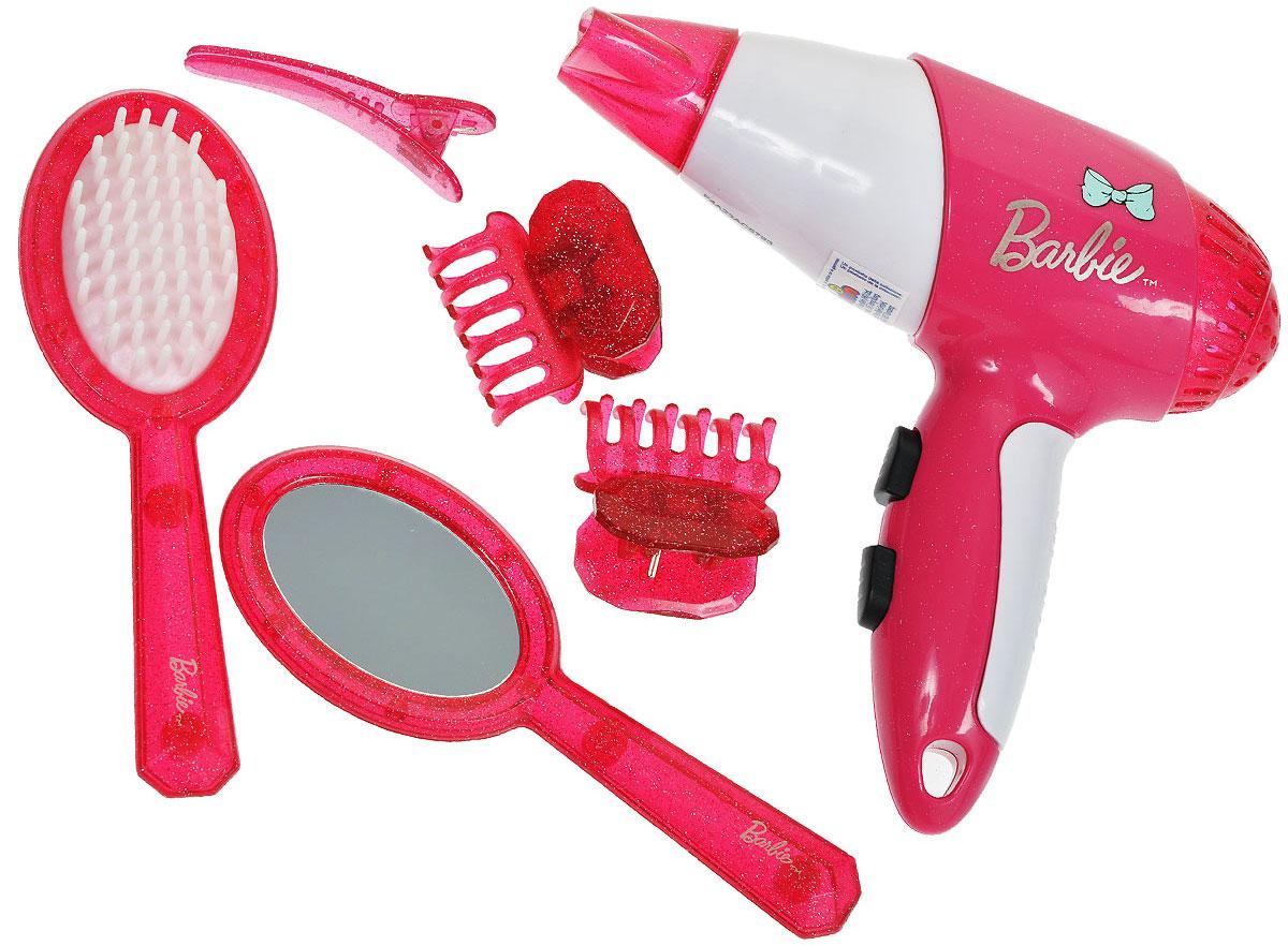 Klein Игровой набор в чемодане Barbie Стилист 8 предметов5793Игровой набор Klein Barbie. Стилист позволит вашей юной моднице создавать удивительные прически не только своим куколкам! В набор входит все необходимое: фен, насадка на фен, расческа, зеркало и четыре заколочки. Фен совсем как настоящий - при нажатии на кнопку он воспроизводит реалистичные звуки работающего фена и дует легкий поток воздуха. Элементы набора хранятся в полупрозрачном пластиковом чемоданчике с удобной нескользящей ручкой, который ваша малышка всегда сможет взять с собой в поездку или на прогулку. Ваша малышка с удовольствием будет играть с набором, представляя себя настоящим парикмахером и мастером своего дела! Необходимо докупить батарею напряжением 1,5V (не входит в комплект).
