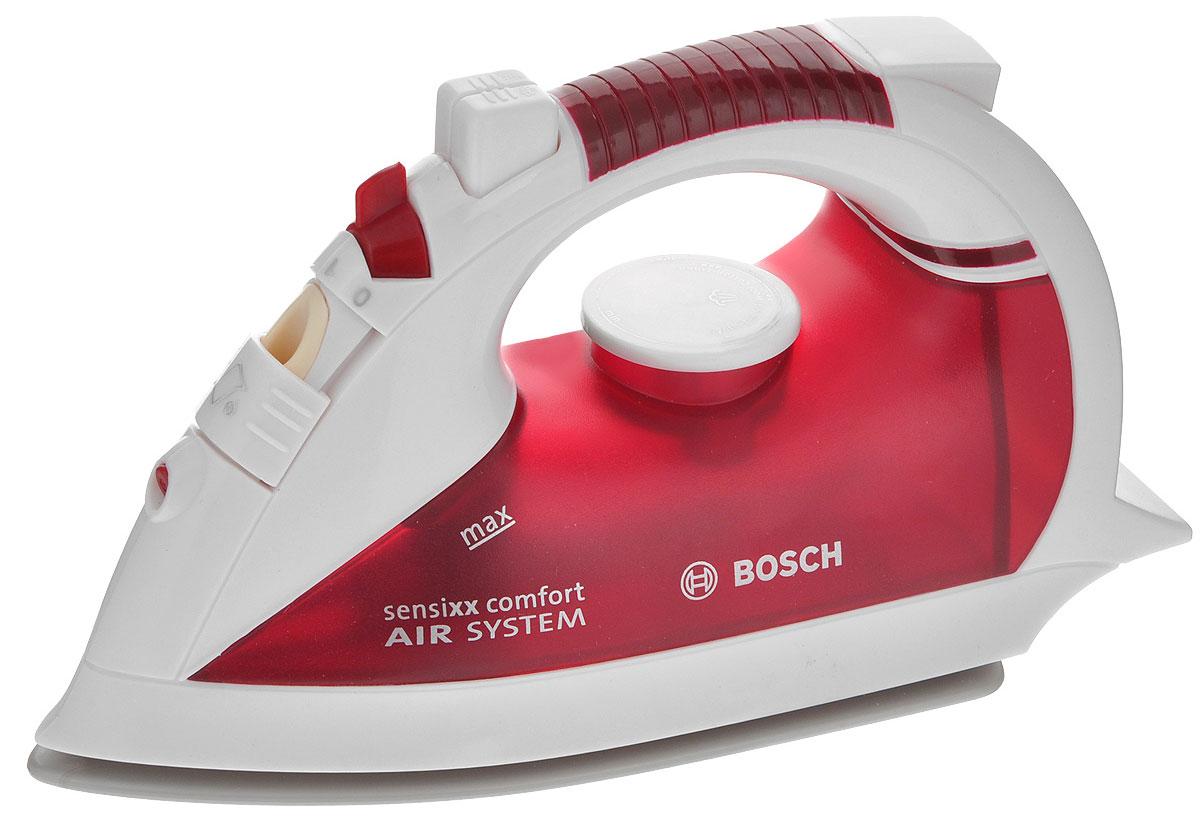 Klein Игрушка Утюг Bosch, цвет: белый, красный6254Игрушка Klein Утюг Bosch непременно понравится вашей маленькой хозяйке! Утюг выполнен из прочного пластика и очень похож на оригинальный продукт фирмы Bosch. В утюг встроен пульверизатор для воды, активирующийся, если нажать кнопку, расположенную сверху игрушки. С помощью переключателя и поворотного регулятора можно имитировать смену режимов. С таким утюгом все игрушки вашего ребенка будут опрятными, а их одежда будет идеально выглажена.