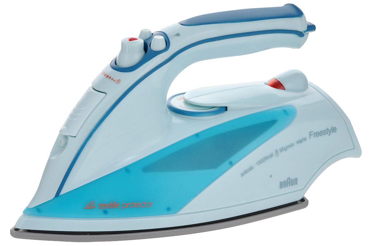 Klein Игрушка Утюг Braun, цвет: голубой, светло-голубой6234Игрушка Klein Утюг Braun непременно понравится вашей маленькой хозяйке! Утюг выполнен из прочного пластика и очень похож на оригинальный продукт фирмы Braun. В утюг встроен пульверизатор для воды, активирующийся, если нажать кнопку, расположенную сверху игрушки. С помощью колесика и поворотного регулятора можно имитировать смену режимов. При включении утюга загорается лампочка. С таким утюгом все игрушки вашего ребенка будут опрятными, а их одежда будет идеально выглажена. Необходимо докупить 2 батареи напряжением 1,5V типа АА (не входят в комплект).