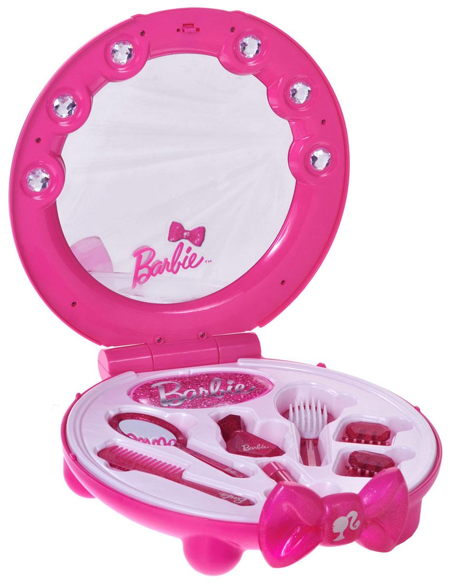 Klein Туалетный столик Barbie с аксессуарами5359Туалетный столик Klein Barbie с безопасным зеркалом привлечет внимание вашей малышки и позволит ей почувствовать себя настоящей принцессой. Столик выполнен в виде студии красоты с застежкой в виде красивого банта. Зеркало украшено крупными игрушечными стразами. Внутри столика расположены восемь самых необходимых аксессуаров для маленькой модницы: щетка, расческа, зеркальце, два флакона и две заколки. Ваша маленькая модница будет без ума от такого подарка!