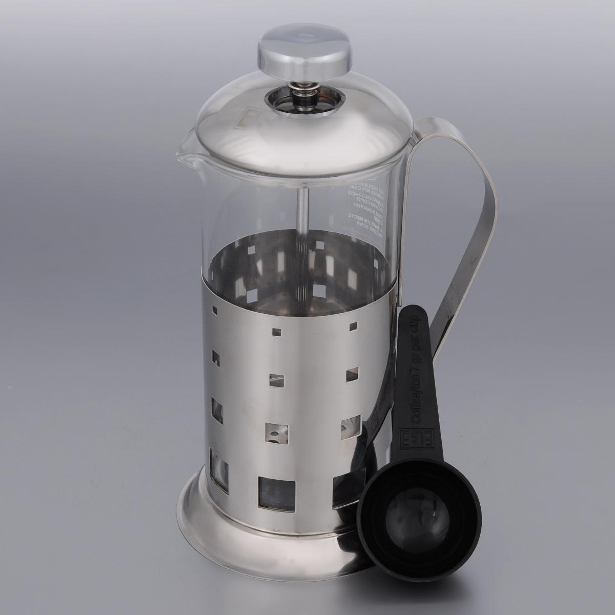 Френч-пресс Else Columbia, с ложкой, 350 млB515(350)Френч-пресс Else Columbia поможет приготовить вкусный ароматный чай или кофе. Им очень легко пользоваться: засыпьте внутрь заварку, залейте водой, накройте крышкой с поднятым поршнем, дайте настояться и затем медленно опустите поршень. Таким образом напиток заваривается без чаинок. Колба изготовлена из жаропрочного стекла, устойчивого к царапинам и термошоку. Корпус выполнен из нержавеющей стали с хромированным покрытием и оформлен перфорацией. Точечная спайка металлических частей производится по технологии invisible, которая делает места соединения деталей незаметными. Полировка с использованием специальных паст на основе натуральных компонентов придает изделию ослепительный блеск. Идеально отшлифованные поверхности и элементы приятны на ощупь, обладают меньшей теплопроводностью и высокими грязеотталкивающими свойствами. Крышка френч-пресса изнутри покрыта пищевым нетоксичным пластиком. Это соответствует гигиеническим требованиям,...